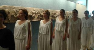 Συγκλονιστικό! Ελληνίδες ντυμένες Καρυάτιδες ψάχναν στο Βρετανικό μουσείο τη χαμένη αδερφή τους!