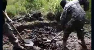 Σοκαριστικό βίντεο: Ουκρανοί στρατιώτες θάβουν ΖΩΝΤΑΝΟ Ρώσο στρατιώτη!