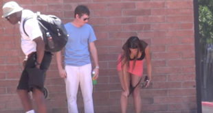 Απίστευτο! Βγάζει τα εσώρouχα της και τα δίνει σε περαστικούς! (Βίντεο)