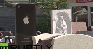 Απίστευτο! Νέα μόδα στις ταφόπλακες, τις κάνουν σε σχήμα iPhone! (Βίντεο)