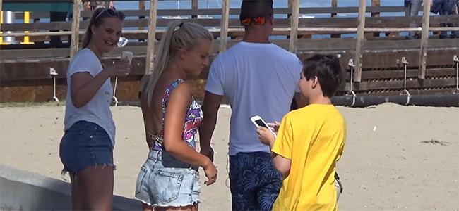 11χρονος κάνει καμάκι στο δρόμο και εντυπωσιάζει μικρές και μεγάλες! (Βίντεο)