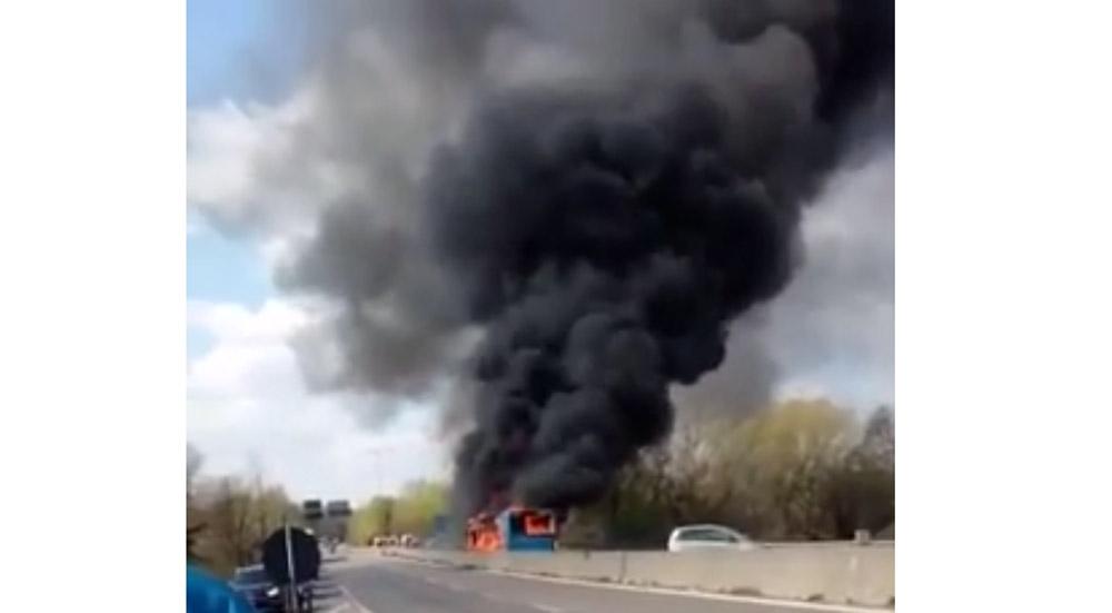 """Μιλάνο: Βίντεο–σοκ! Έβαλε φωτιά σε λεωφορείο με μαθητές για """"διαμαρτυρία"""" για τους θανάτους προσφύγων στην Μεσόγειο"""