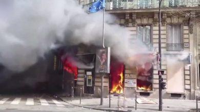 Μητέρα με το μωρό της παγιδευμένη σε φλεγόμενο κτίριο πάνω από τράπεζα στο Παρίσι (Βίντεο)