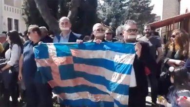 Πτολεμαΐδα: Με ματωμένη σημαία και ταινία στο στόμα στην παρέλαση οι κάτοικοι (Βίντεο)