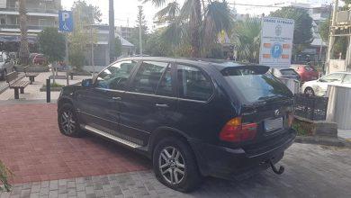 Πάρκαρε την BMW του σε θέση ΑΜΕΑ στην Γλυφάδα και του σκάσανε όλα τα λάστιχα!