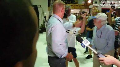 Διαδηλωτής σπάει αυγό σε κεφάλι πολιτικού και ο πολιτικός τον χαστουκίζει και του ρίχνει μπουνιά! (Βίντεο)
