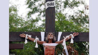 Καθολικοί πιστοί σταυρώνονται κανονικά ενώ εκατοντάδες αυτομαστιγώνονται στις Φιλιππίνες την Μεγάλη Παρασκευή (Βίντεο)