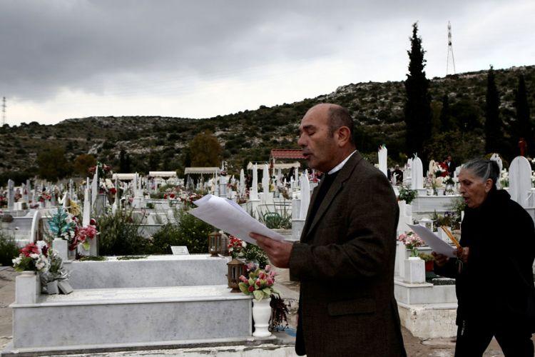 Υποψήφια δημοτική σύμβουλος μοίρασε κάρτες σε κηδεία!